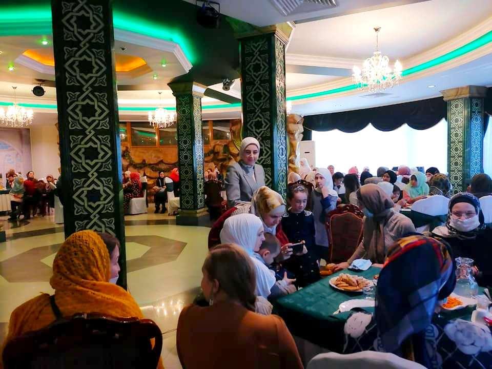 День матери отметили мусульманки Хабаровска в ресторане «Баку»