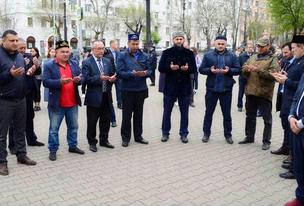 Хабаровские мусульмане почтили память жертв теракта в Татарстане.