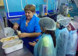 Дети из христианских и мусульманских семей побывали на фабрике мороженого.